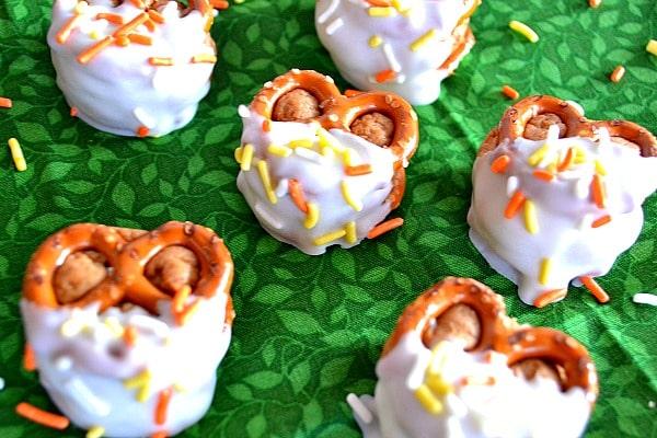 Biscoff Cheesecake Pretzel Bites | Kitchen Meets Girl