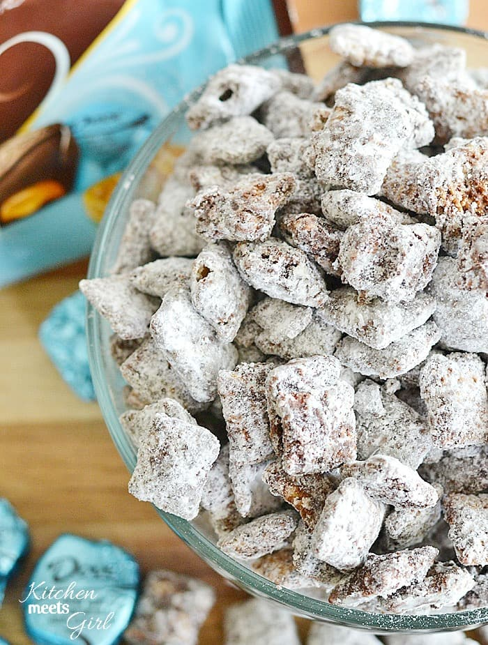 These muddy buddies are completely addictive and so easy to make! #recipe #dessert #chocolate