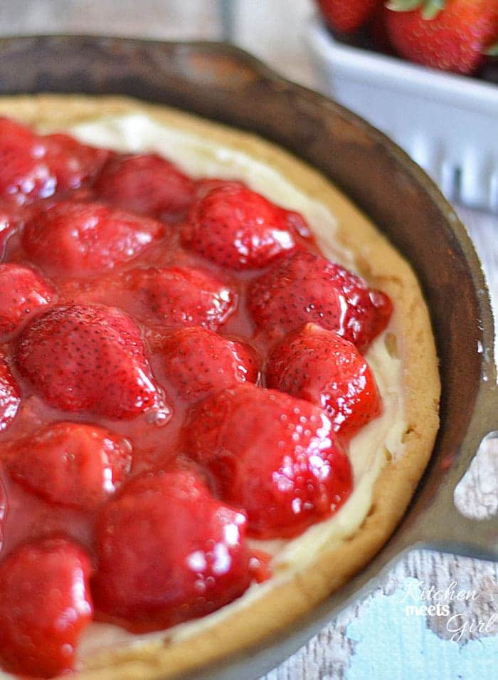 This strawberries and cream dessert pizza comes together in a flash and is a perfect summer treat! #recipe #strawberries #pizza