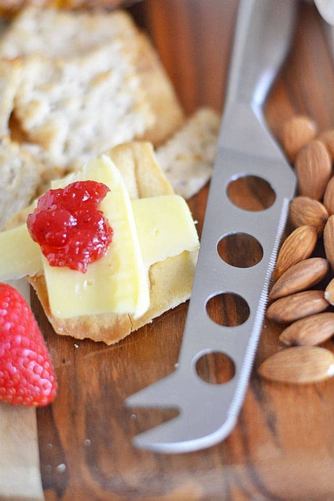 Summer grilling season is upon us, and I'm all about easy appetizers. With Sargento Tastings eight new varieties of specialty cheeses, you can make your next get-together a little less stressful by putting together a no-fuss cheese tray.